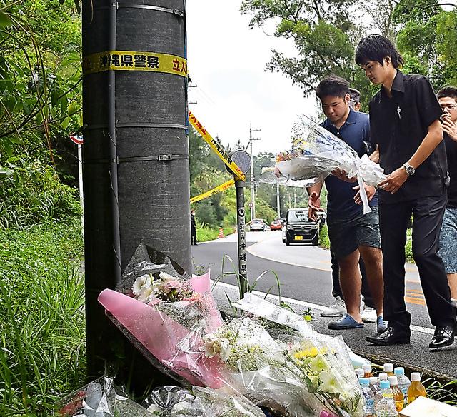沖縄県うるま市の女性会社員(20)が遺体で見つかった事件で、被害女性が遺棄された現場近くには、多くの人が献花に訪れた=21日午後4時35分、沖縄県恩納村、吉田拓史撮影