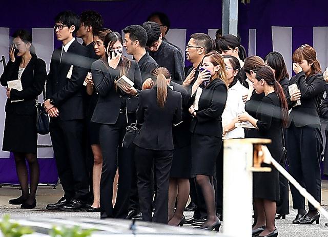 被害女性の告別式で、出棺を見送り涙を流す参列者たち=21日午後2時9分、沖縄県名護市、上田幸一撮影