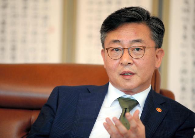 20日午後、ソウル市内の南北会談事務局で朝日新聞と韓国・東亜日報の共同インタビューに答える韓国の洪容杓統一相=東亜日報提供