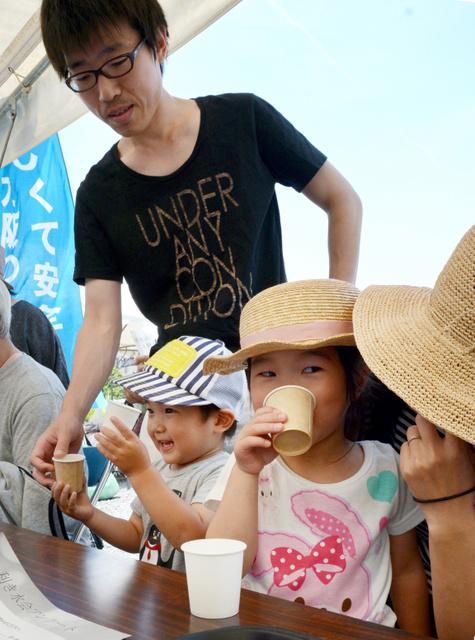 ブレンド水道水とミネラルウォーターの「利き水」をする子どもたち=22日午後、大阪府島本町
