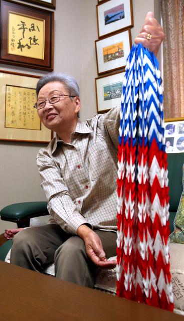 高橋史絵さん。星条旗柄の折り鶴をオバマ大統領に贈る=広島市西区、青山芳久撮影