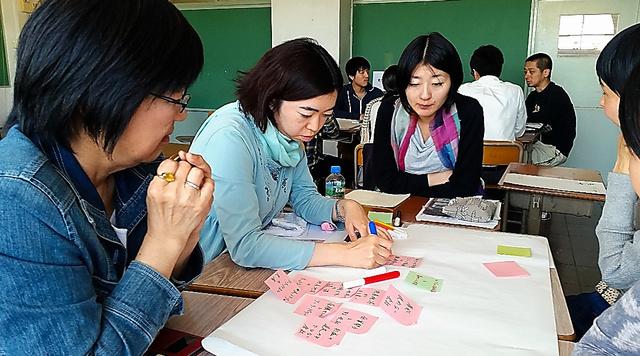 みんな電力が開いた「やさしい電力自由化講座」。参加者たちは電力会社に求める項目を紙に書き込んでいった=東京都世田谷区