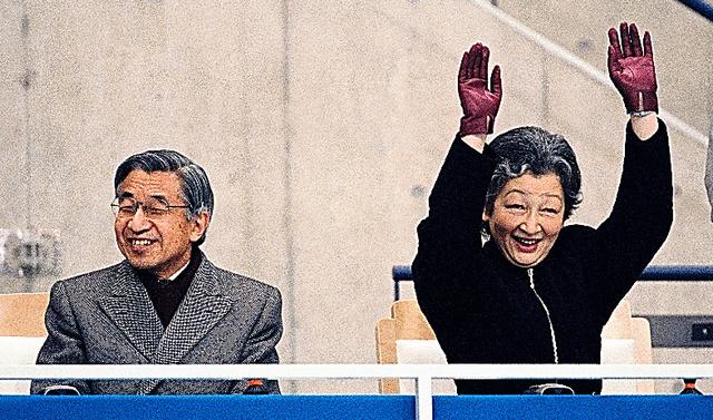 ウエーブに加わる皇后さまと笑顔の天皇陛下=1998年3月、長野市