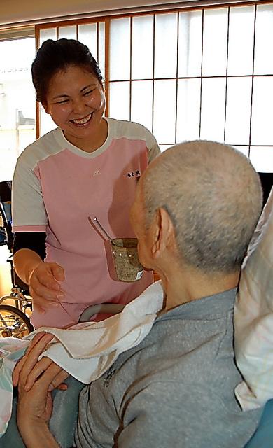 お年寄りと談笑する立松凜さん=島根県浜田市の特別養護老人ホーム「弥栄苑」