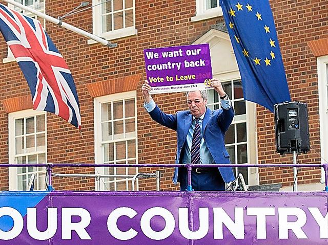 「我々の国を取り戻せ」。EU離脱を呼びかけるプラカードを掲げる英国独立党(UKIP)のファラージ党首=20日、ロンドン、AFP時事