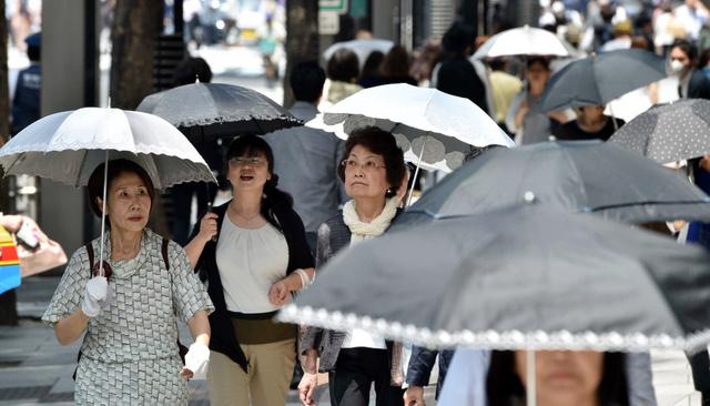 東京・銀座では、強い日差しのもと、日傘をさして歩く人の姿が多く見られた=23日午前11時2分、恵原弘太郎撮影
