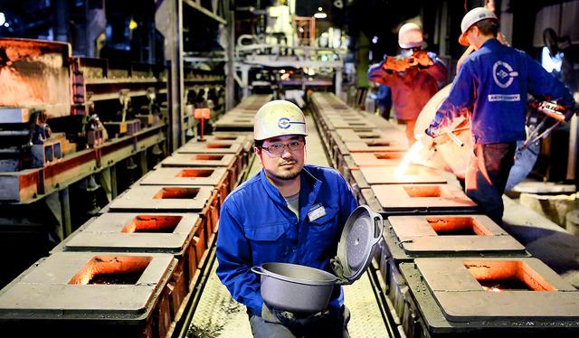 工場では、1500度に溶かした鉄を、砂で作った型に流し込む。その後、精密加工、ホーロー加工を経て様々な色の鍋ができあがる=名古屋市中川区、細川卓撮影