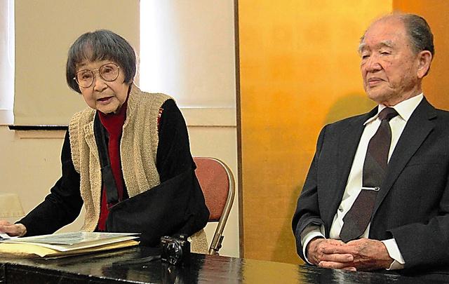 会見する据石和さん(左)と更科洵爾さん=22日、ロサンゼルス