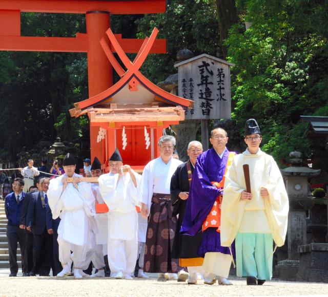 参道を進む本宮神社の旧社殿=奈良市の春日大社