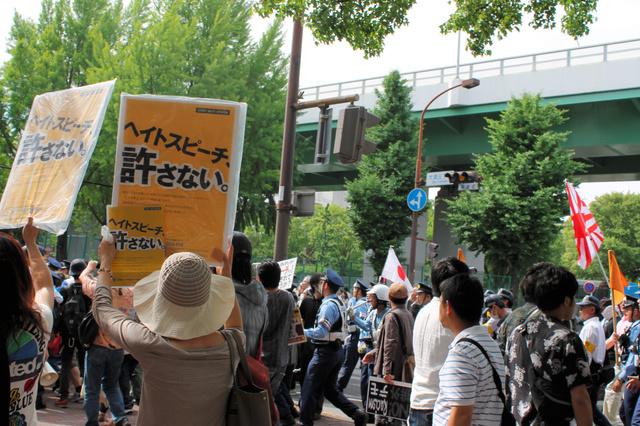 昨年5月、名古屋市の繁華街で「嫌韓」などを叫んだデモ。「朝鮮人をたたき出せ」などのヘイトスピーチが飛んだ=名古屋市中区