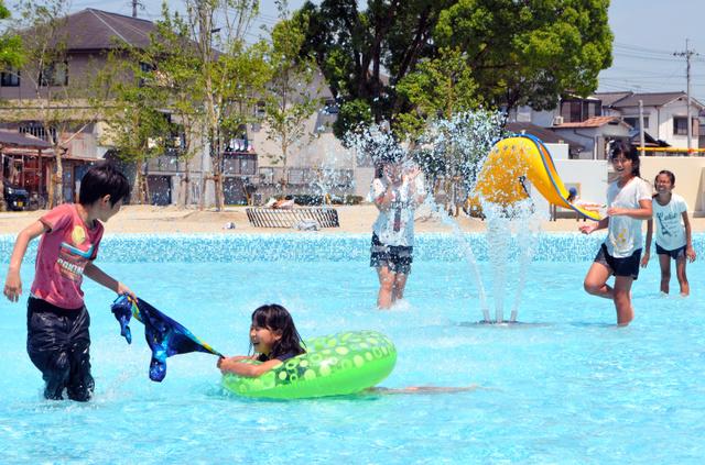 水遊びで暑さを吹き飛ばす子供たち=日田市若宮町の竹田公園