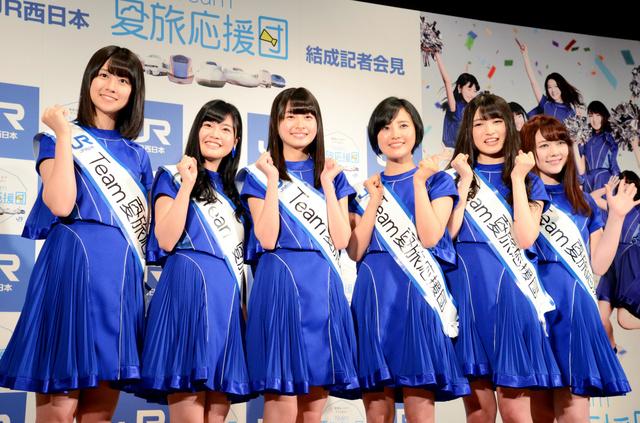 JR西日本のキャンペーンのイメージキャラクターに起用された「HKT48」のメンバーら=大阪市北区
