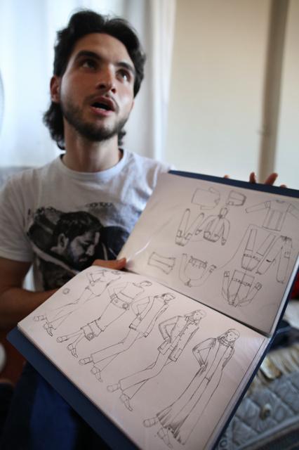 「夢は服のデザイナーになることだった」と語るヤヒアさん。母国シリアから持ってきたファイルには、自分で描いたデザイン画が入っていた=15日午後、トルコ・イスタンブール、矢木隆晴撮影