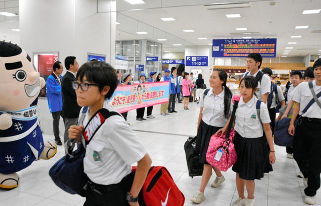 熊本地震後初めて新幹線で修学旅行に訪れ、歓迎を受ける中学生ら=23日、鹿児島中央駅