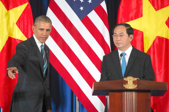 ベトナムの首都ハノイで23日、共同記者会見に臨んだオバマ米大統領(左)とベトナムのチャン・ダイ・クアン国家主席=AFP時事
