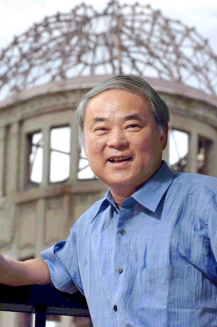 広島の原爆ドームの前に立つ中沢啓治さん(2006年撮影)