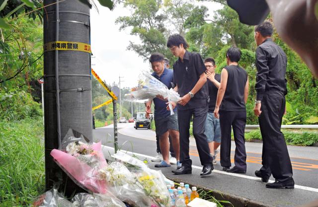 沖縄県うるま市の女性会社員(20)が遺体で見つかった事件で、女性の告別式が21日、同県名護市で執り行われた。被害女性が遺棄された現場近くには、多くの人が献花に訪れた=21日午後4時35分、沖縄県恩納村、吉田拓史撮影