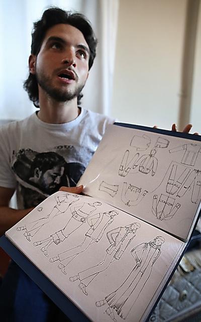 「夢は服のデザイナーになることだった」と語るヤヒアさん。母国シリアから持ってきたファイルには、自分で描いたデザイン画が入っていた=15日午後、イスタンブール、矢木隆晴撮影
