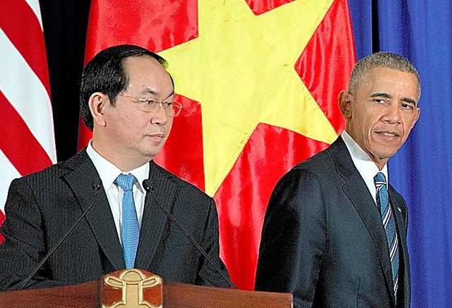共同記者会見を終えたオバマ米大統領(右)とベトナムのチャン・ダイ・クアン国家主席=AP