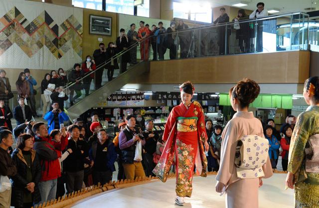 西陣織会館で開かれた「きものショー」。多くの観光客らが詰めかけた=2015年2月、京都市上京区