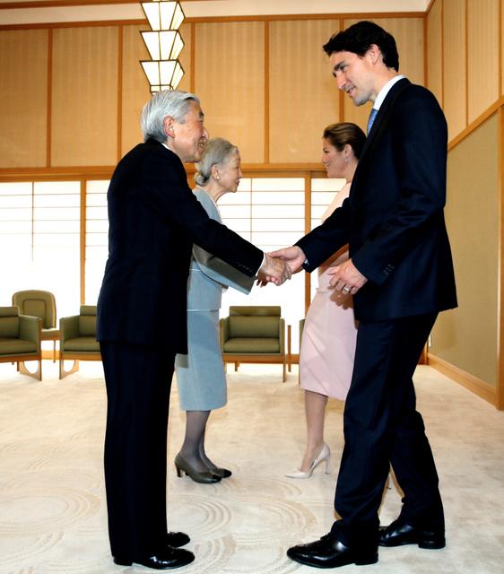 カナダのトルドー首相夫妻を出迎える天皇、皇后両陛下=24日午後、皇居・御所「小広間」、岩下毅撮影