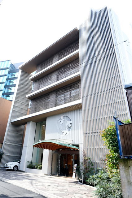 東京・赤坂に立つ納骨堂=2015年11月、東京都港区、時津剛撮影