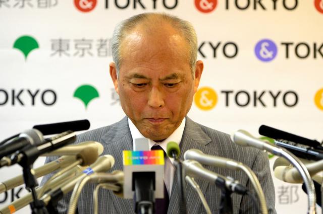 下を向き険しい表情で記者の質問を聞く舛添要一・東京都知事=20日、都庁、角野貴之撮影