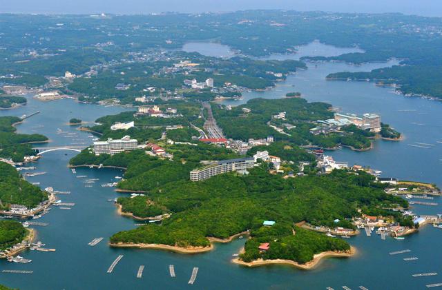 26日から伊勢志摩サミットが開かれる賢島(中央)=24日、三重県志摩市、朝日新聞社ヘリから、仙波理撮影