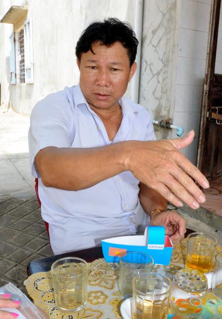 南シナ海で操業妨害を受け、沈没したときの体験を語るタイン船長=ベトナム中部クアンナム、佐々木学撮影