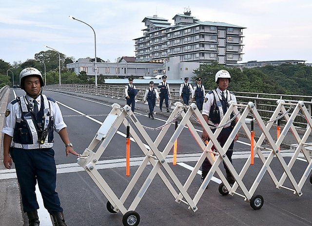 <賢島厳戒> 伊勢志摩サミットで主会場となる賢島(三重県志摩市)は、すでに事実上、封鎖されている。三重県警が全警察官の半分を動員するなど、全国の警察が2万3千人態勢で警備。島につながる二つの橋は塞がれ、住民も含めてIDカード所持者以外は立ち入りできない。島に乗り入れる鉄道や路線バスは運休、船も航行自粛を求められ、海域警備には海上自衛隊の艦艇もあたる。首脳会議の舞台となる志摩観光ホテルの周囲2キロにフェンスが設置された=小川智撮影