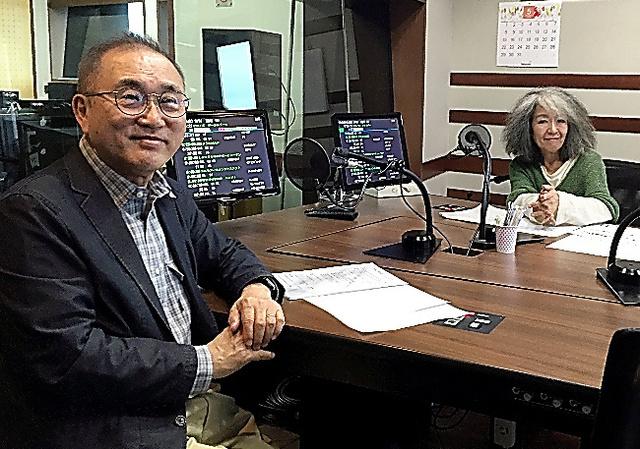 亀渕昭信(左)と落合恵子=TOKYO FMのスタジオ