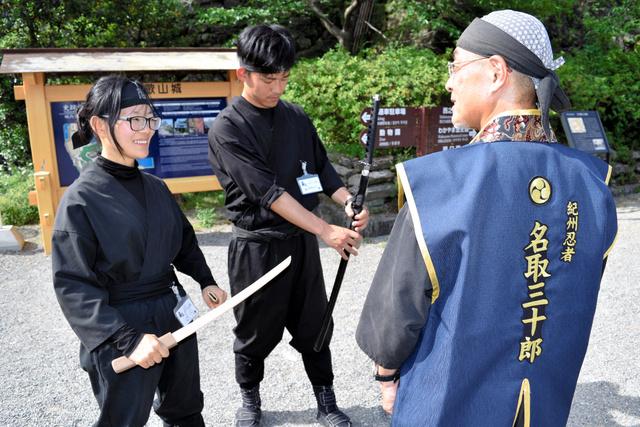 「名取三十郎」役の金子さん(右)と、和歌山城で活躍するおもてなし忍者たち=和歌山市一番丁