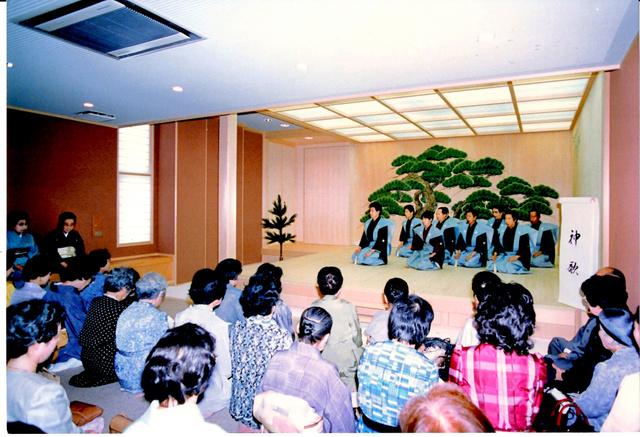 1987年の舞台披(びら)きの様子=福王会提供