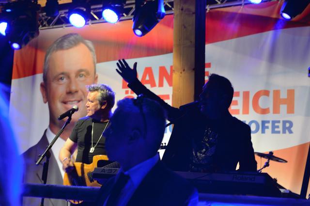 オーストリア大統領選の投票があった5月22日夕、ウィーンの遊園地でホファー氏の健闘をたたえる自由党の集会が開かれた=喜田尚撮影