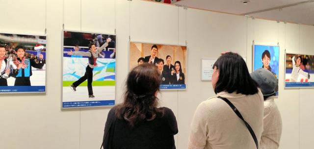 高橋大輔さんの写真に見いるファンの人たち=25日、大阪市のあべのハルカス近鉄本店
