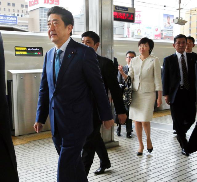 伊勢志摩サミット出席のため、新幹線で名古屋駅に到着した安倍晋三首相と昭恵夫人=25日午後1時49分、吉本美奈子撮影