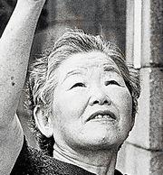 栗原貞子=広島市安佐南区の自宅前で、1991年撮影