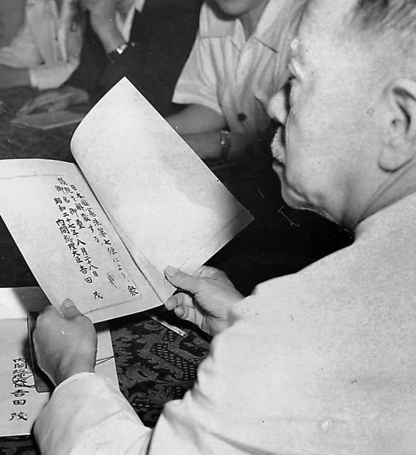 吉田茂首相から送達された解散詔書を読む大野伴睦衆議院議長=52年8月28日