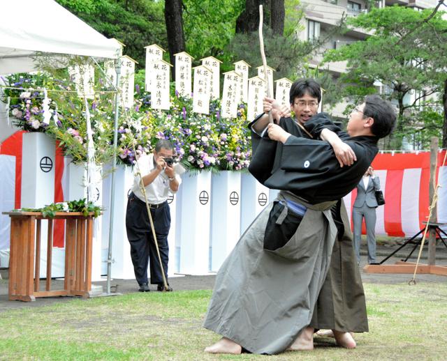 慰霊祭では古武道による演武も奉納された=鹿児島市
