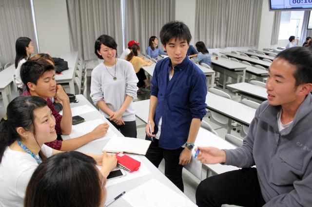 議論する学生たち=立命館アジア太平洋大学