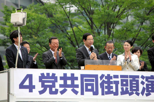 JR金沢駅前で初めてそろって街頭演説に立った志位和夫・共産党委員長(中央)と小沢一郎・生活の党と山本太郎となかまたち代表(左)、野党統一候補の柴田未来氏(右)