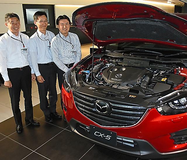 スカイアクティブDが搭載された「CX―5」と志茂大輔さん、金尚奎さん、片岡一司さん(右から)