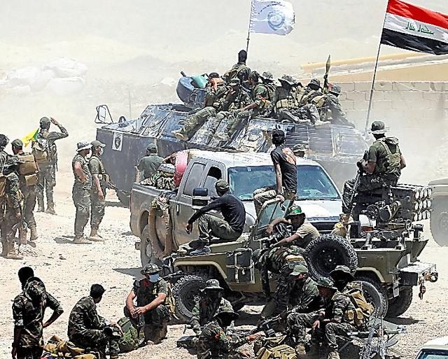 ファルージャ近郊に集結したイラク治安部隊=24日、ロイター