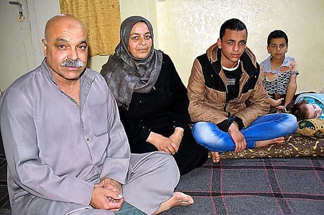 アブドゥルラハマン・ハサンさん(左)の家族は狭いアパートで身を寄せ合って暮らす=ヨルダン北部ラムサ