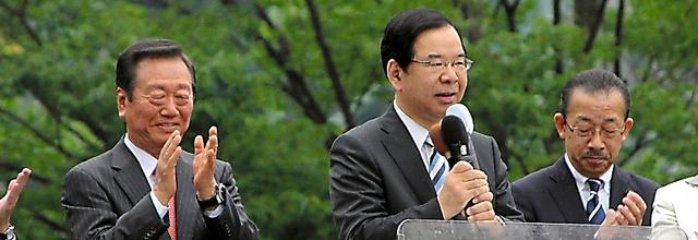 街頭演説に立った志位委員長(中央)と小沢代表(左)