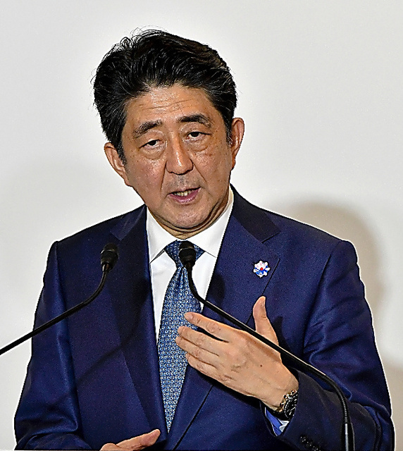 共同記者会見をする安倍晋三首相=25日午後11時3分、いずれも三重県志摩市、代表撮影