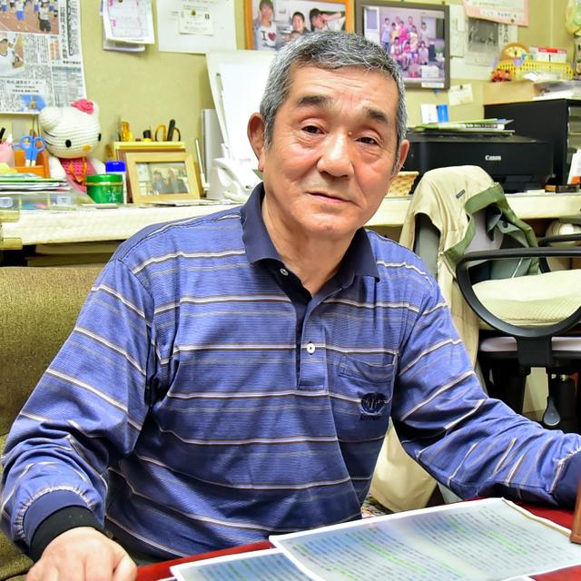 父一男さんが被爆について残した証言を手にする藤田和矩さん=八戸市内の自宅