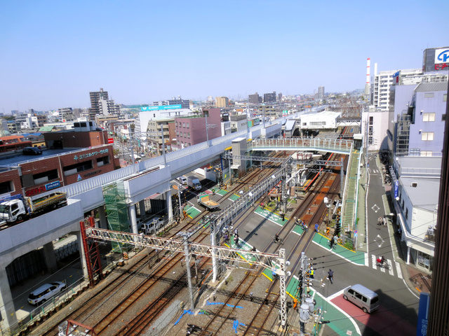 竹ノ塚駅付近の下り急行線の高架橋(左)=東武鉄道提供