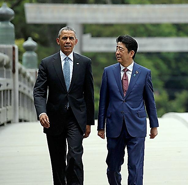 伊勢志摩サミットで伊勢神宮を訪れ、宇治橋を渡るオバマ米大統領(左)と安倍晋三首相=26日、三重県伊勢市、ロイター