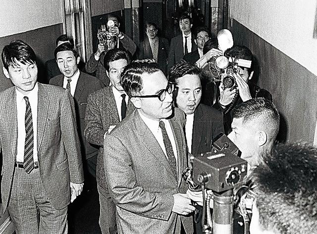 札幌高裁の注意処分に抗議し、辞表を手に高裁長官室を訪れた福島重雄判事=1970年10月28日、札幌高裁